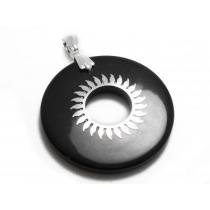Dije círculo negro con sol de acero blanco